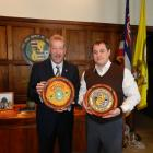 Photo of The mayor of Sarny, Ukraine, Serhiy Yevtushok, right, with Honolulu mayor Peter Carlisle.